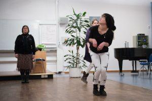 Fortbildning för vuxna: tre personer gör övningar