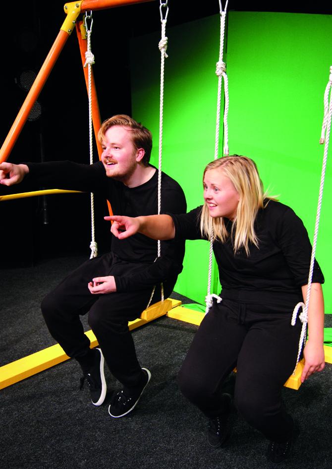 Från pjäsen: två personer sitter i en gunga
