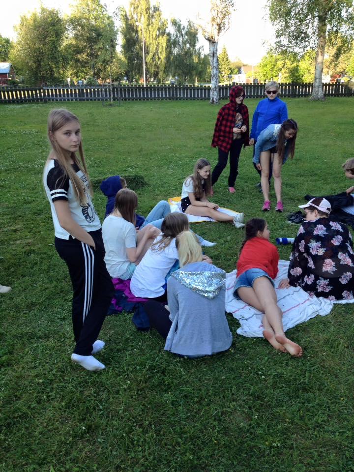Teaterläger: Barn ute på gräsmatta
